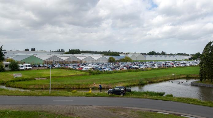 Wie ruimte in de buurt van Schiphol heeft probeert er auto's te parkeren.