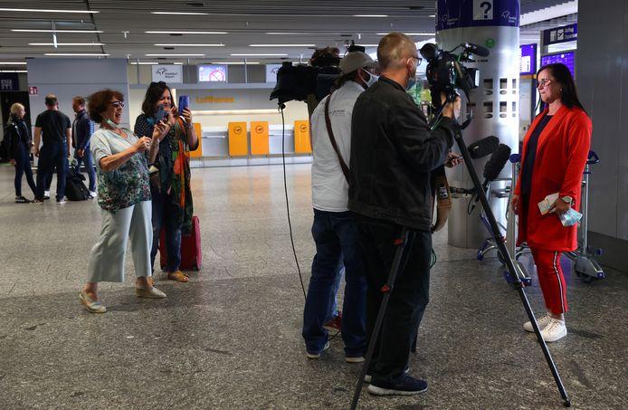 Karin Wasowski (R), controller bij de Duitse autofabrikant Volkswagen AG, staat de pers te woord voor het vertrek van de eerste 'terugbrengvlucht' naar Tianjin.