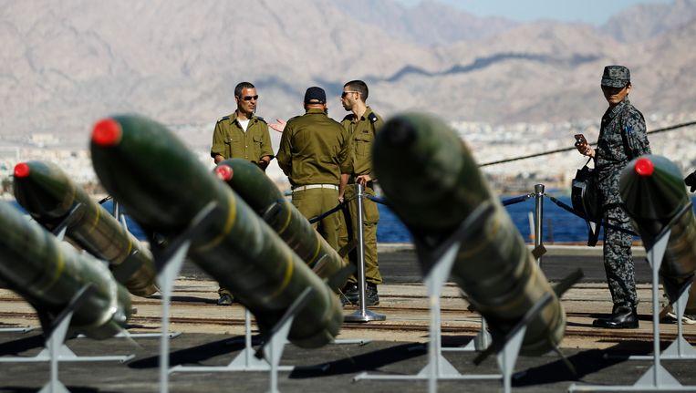 Israëlische soldaten staan bij een aantal M-302-raketten die in maart werden onderschept door het Israëlische leger. Beeld reuters