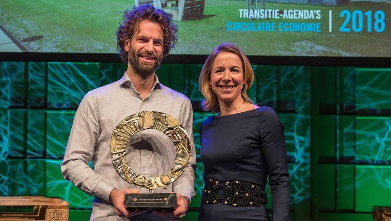 Joost de Kluijver, oprichter Closing the Loop, met staatssecretaris Van Veldhoven. Beeld Circular Award