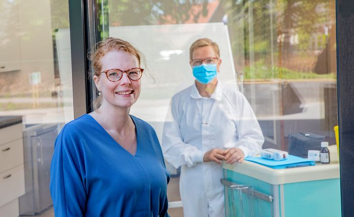 Suzanne Blokker-Ammeraal bij zorghotel Juliana.  Achter haar verpleegkundige Maria Vermeer.