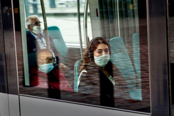 De bussen, trams en metro's in Rotterdam blijven volgens de normale dienstregeling rijden ondanks dat thuiswerken weer de norm wordt.