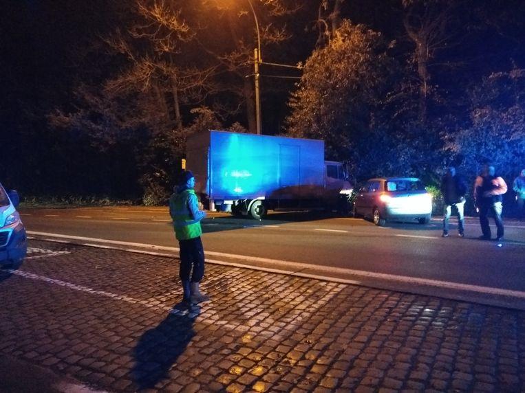 De vrachtwagen en de Skoda belandde in de struiken.