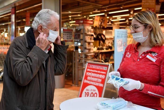 In winkels, maar ook in scholen en op het openbaar vervoer zullen mondmaskers verplicht zijn. Een maatregel die ook Marc Van Ranst in overweging neemt, al zal hij nooit aanraden ze te verplichten.
