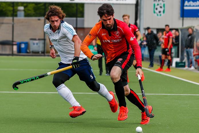 Eindhovenaar Robert van der Horst zondag in duel met Jesse van Minde van HC Tilburg.