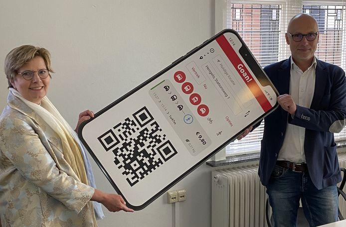 Anja Prins (wethouder Losser) en  Paul Pietersen (Qarin Tranzer) met een levensgrote versie van de Goan-app