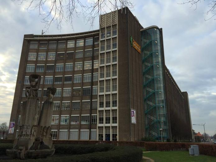 Het Summa College dat omgebouwd moet worden tot lofts. Rechts de Kastanjelaan, links de Frederiklaan.