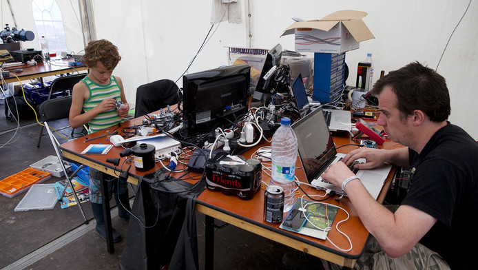 Bezoekers van het evenement Observe, Hack, Make (OHM2013).