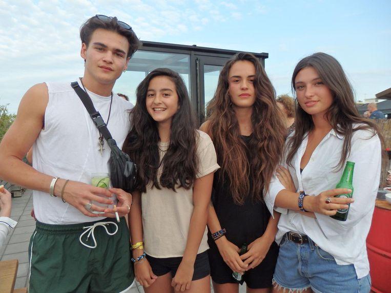 Familieportret. Zoon Dylan en dochters Lauren en Jackie Hooft, en Jackies vriendin Gaia Cozijn (vlnr). Beeld Schuim