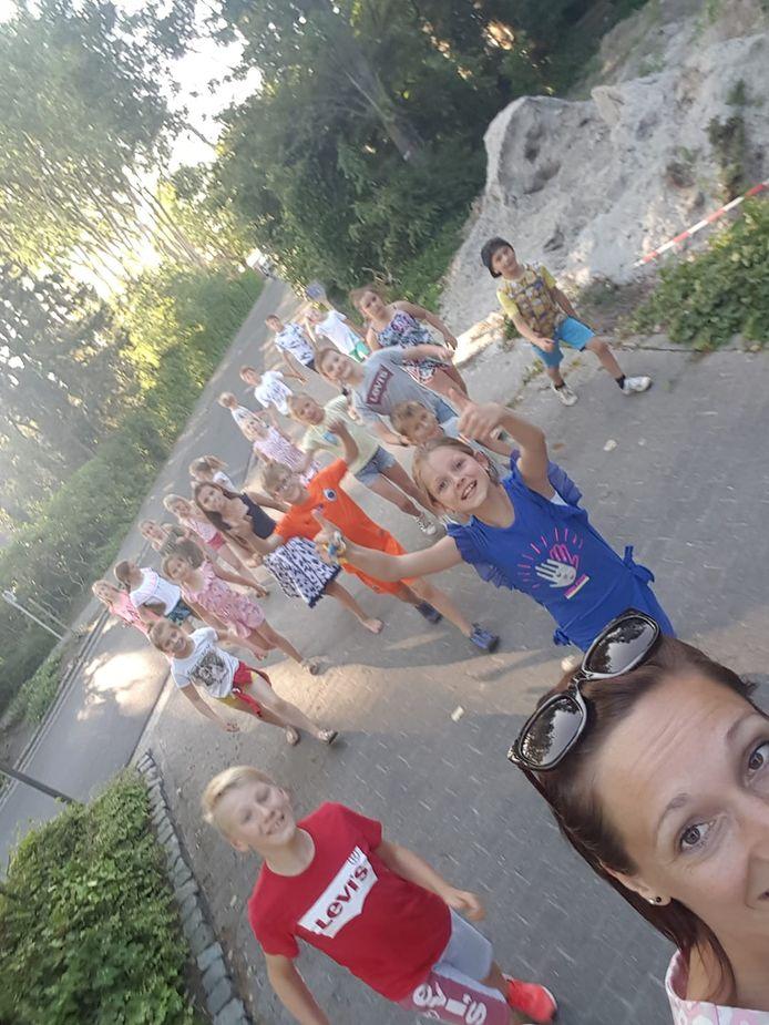 Heel wat kinderen spurtten vrijdag naar De Stoel in de Laagvlaktestraat in Leke.