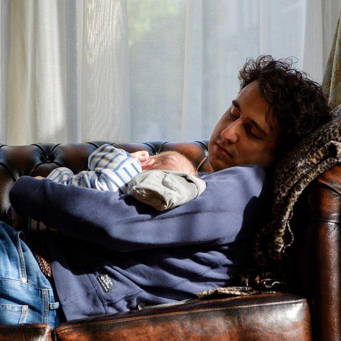 Jesse Klaver op een foto die hij plaatste op instagram, met zijn baby'tje op de bank.