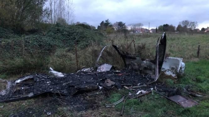 Caravan op weide gaat volledig in vlammen op na vermoedelijke brandstichting