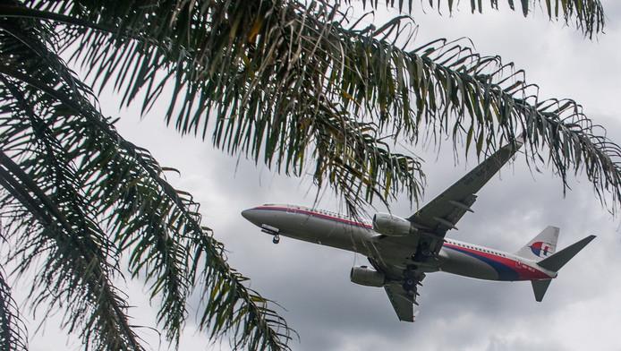 Een toestel van Malaysia Airlines bereidt zijn landing voor op Kuala Lumpur International Airport.