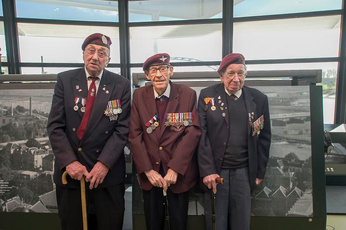 De Britse veteranen (vlnr) Jeff Roberts,  Arthur Letchford  en David Whitman tijdens hun bezoek aan 'Airborne at the bridge' van het Airborne Museum in Arnhem, tijdens de opening in 2017.