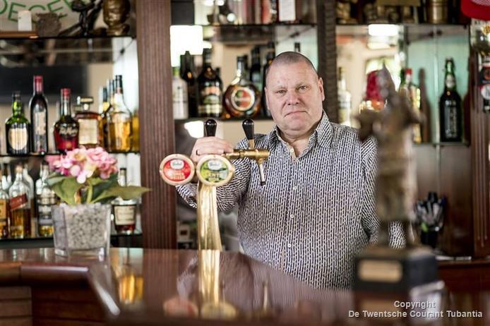 Jan Hoveling draagt per 1 september de sleutels van cafe Jantje over aan Bart Dijkhuis en zijn partner Arend Teunissen.
