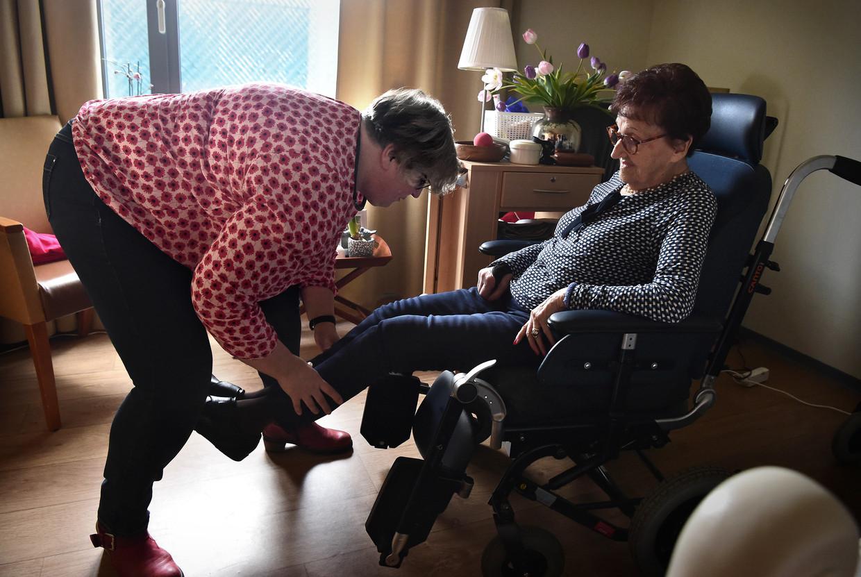 Silvia Creugers lakt de nagels van haar moeder Mia van der Steen in zorgcentrum 't Brook in Limburg. Beeld Marcel van den Bergh / de Volkskrant