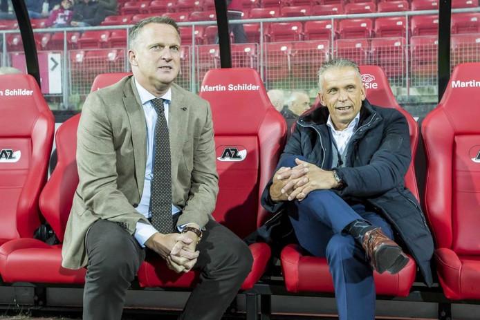 Edward Sturing (l), hier met AZ-trainer John van den Brom, mag niet op de bank zitten tegen NEC.