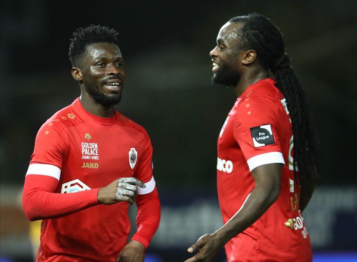 """Jordan Lukaku (r.) deelt in de vreugde van Nana Ampomah na diens doelpunt op de Freethiel zondagavond. """"Ik moest een grote trainingsachterstand wegwerken, en heb geduldig op mijn kans gewacht."""""""