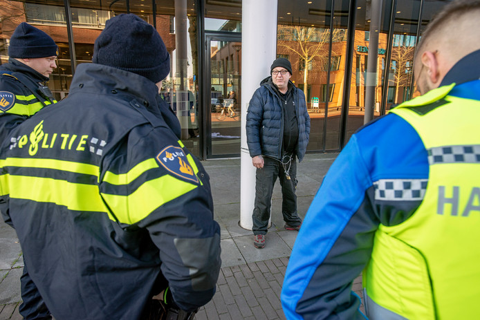 Den Dekker ketende zich in december vast aan het Osse gemeentehuis in een poging in gesprek te komen met de burgemeester.