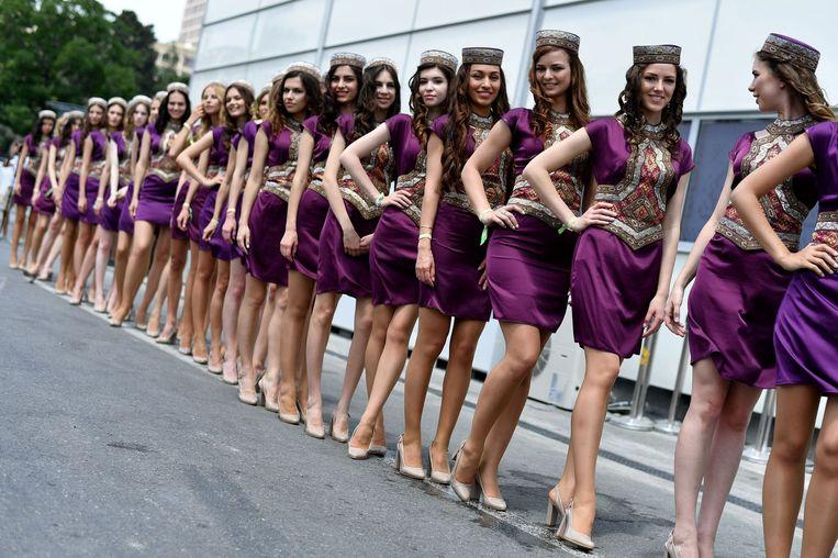 De 'grid girls' van Bakoe. Beeld afp