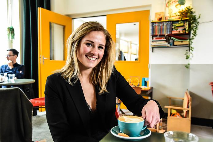 Sam Lasaroms bezoekt voor haar website koffietje.nl honderd koffiebars in dertig dagen. Hier zit ze bij het Koffiehuisje in Eindhoven.