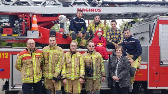 Seppe met zijn ouders Daan en Maggie en de vrijwilligers van de brandweer van Hemiksem.