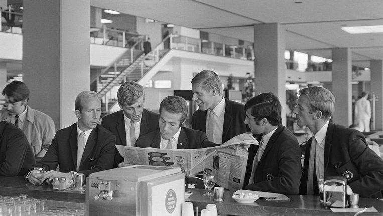 16 september 1968: Henk Groot, Piet Keizer, Bennie Muller, Ton Pronk, Sjaak Swart en Klaas Nuninga op Schiphol, in afwachting van hun vlucht naar Neurenberg. Beeld Nationaal Archief/ Anefo 921-6825