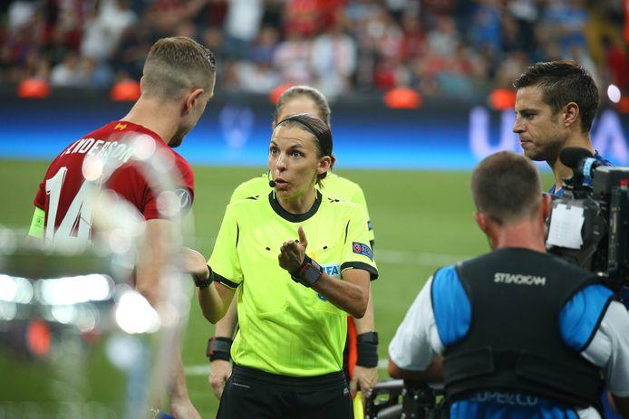 Stéphanie Frappart tijdens het duel in de UEFA Super Cup tussen Liverpool en Chelsea.