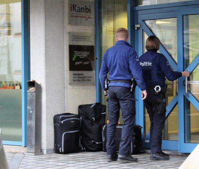 Agenten bij de verdachte koffers.