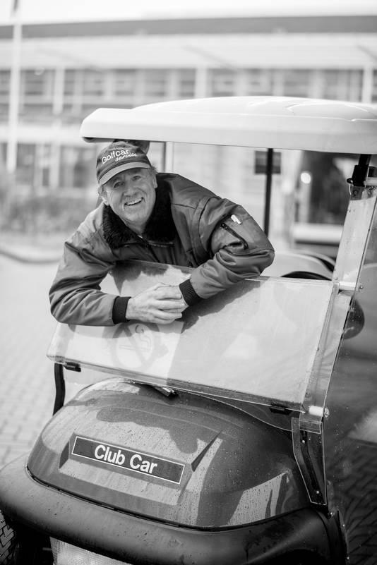 Vrijwilliger Bert van Broekhoven rijdt in een golfkar patiënten van en naar ziekenhuis Rivierenland.