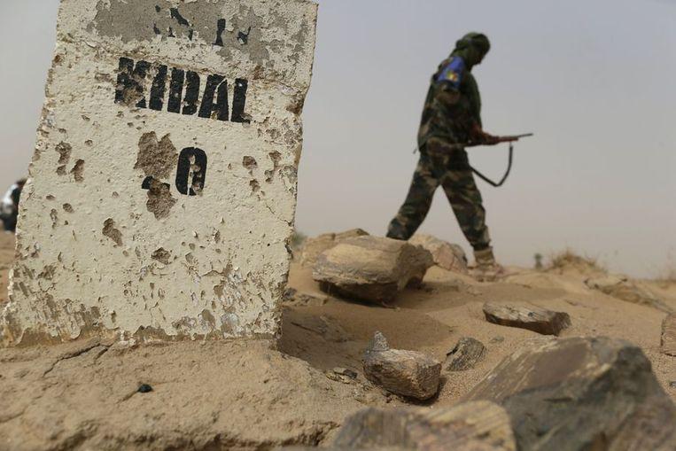 Een Malinese soldaat patrouilleert op de weg tussen Goa en Kidal. Beeld afp