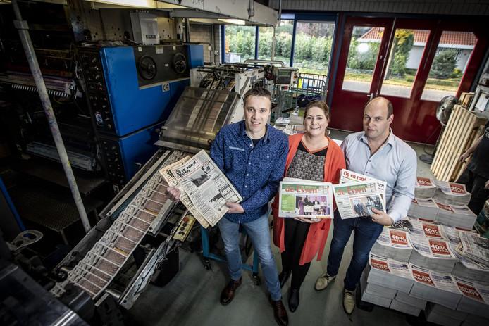 Mark Oude Breuil (links) draagt de redactie 'Op en Rond de Essen' over aan drukkerij Van Barneveld in Denekamp, van Nicole Bolscher-van Barneveld (midden) en Tim van Barneveld (rechts).