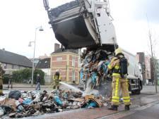 Vuilniswagen dumpt brandend afval op straat in centrum Apeldoorn