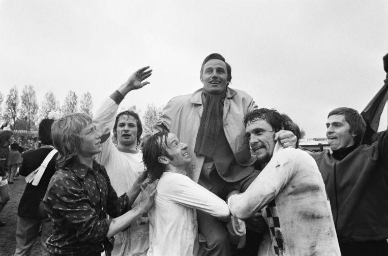 Met spelers van NEC, in 1975. Beeld ANEFO