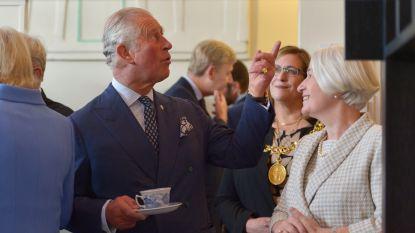 IN BEELD. Charles en Camilla drinken thee in Glasgow zoals enkel koninklijke Britten dat kunnen
