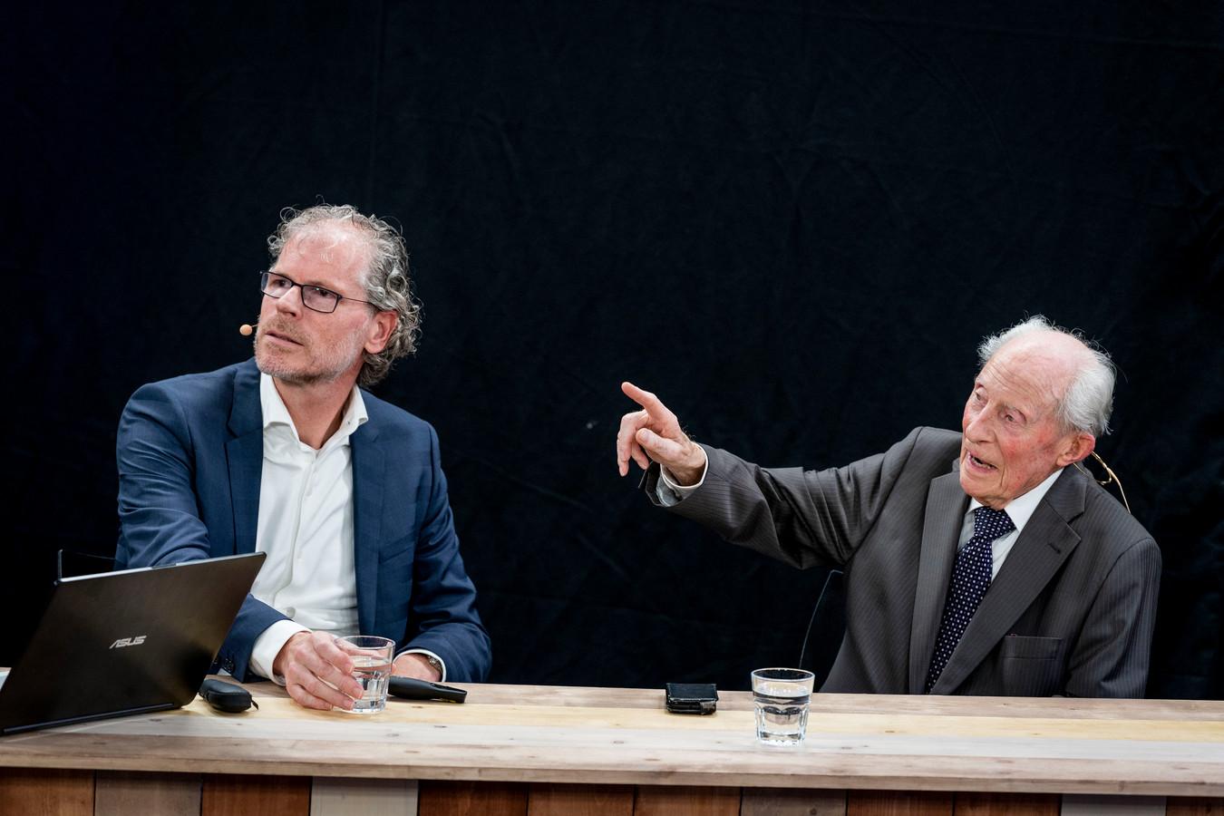 Wim Aloserij (94) met 120 lezers in studio bij presentatie van zijn boek 'De laatste getuige' over zijn ontberingen en gevangenschap in WOII schrijver Frank Krake