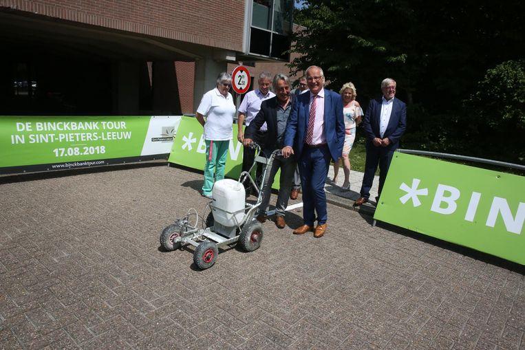 Eddy Planckaert en burgemeester Luc Deconinck trekken een symbolische startlijn aan het gemeentehuis.