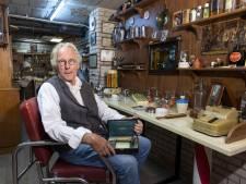 Holtense kapper heeft een museum in zijn kelder: 'Een krultang werd op de kachel opgewarmd, mooi toch?'