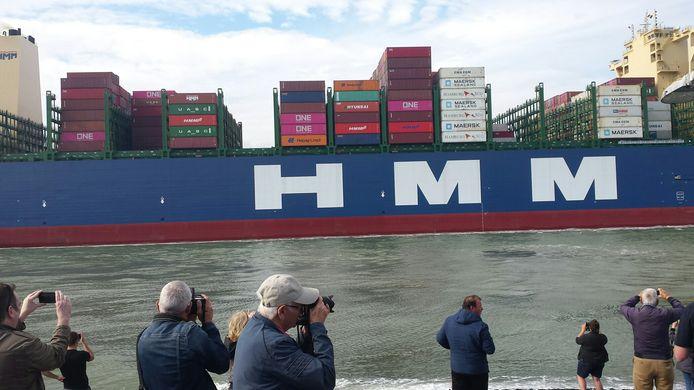 Passage van de HMM Algeciras te Terneuzen