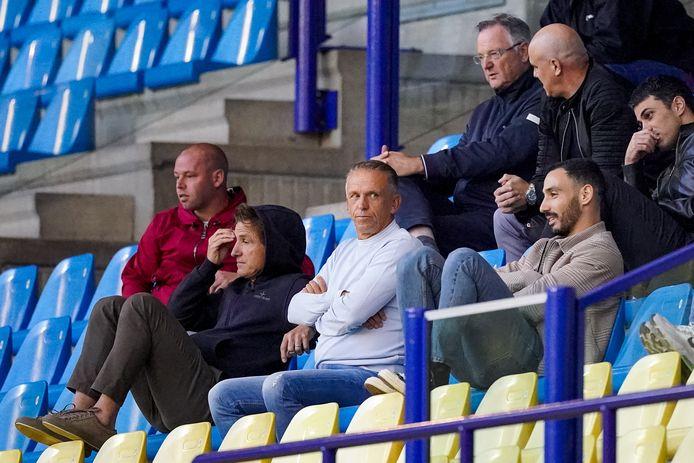 Edward Sturing (midden) op de tribune van GelreDome, tijdens de oefenwedstrijd van Vitesse tegen Fortuna Düsseldorf.  Geheel links Nicky Hofs, daarnaast hoofd scouting Marc van Hintum.