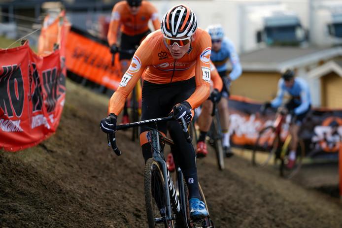 Mathieu Van Der Poel rijdt weg bij de concurrentie op het WK in Denemarken.