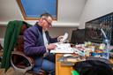 Goochelaar Leo Smetsers op zijn werkkamer  in Oirschot.
