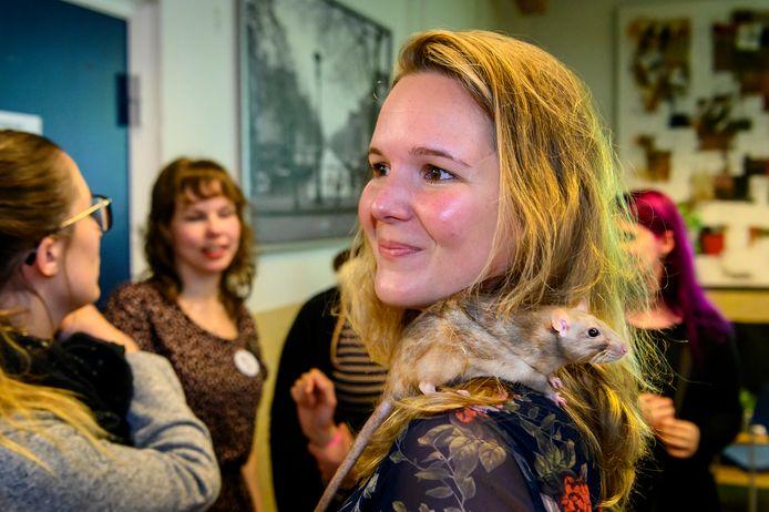 In wijkcentrum Schadewijk vindt het Rian Rat Event plaats, met de wedstrijd schouderzitten. Manon van Amstel uit Den Bosch doet ook mee met haar rat maar heeft niet gewonnen.