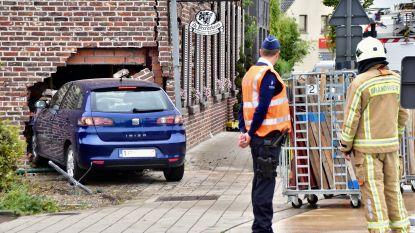 Tiener (18) onder invloed van drugs valt in slaap en rijdt in gevel van restaurant De Peerdekens
