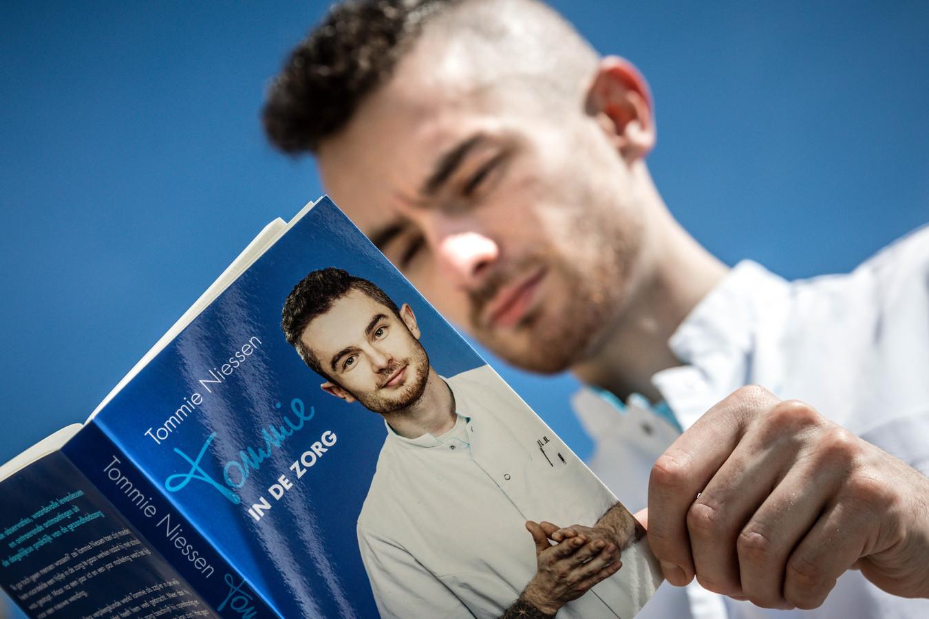 HELMOND - Portret van wijkverpleegkundige Tommie Niessen uit Helmond, de schrijver van het boek Tommie In De Zorg.