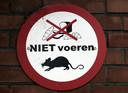 Een bord in Amsterdam-Geuzenveld met 'verboden te voeren'.