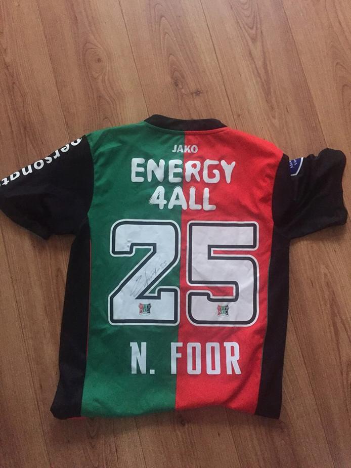 Het shirt van Foor dat NEC-fans hebben geregeld voor vv Dieren.