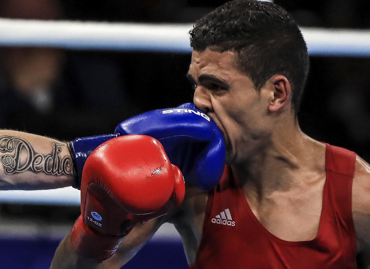 Mohammed Rabii uit Marokko krijgt een klap vol op z'n gezicht van de Ier Gerard Steven Donelly tijdens een boksgevecht in Rio de Janeiro.