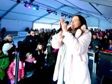 Maan opent zingend de overdekte ijsbaan in Nesselande