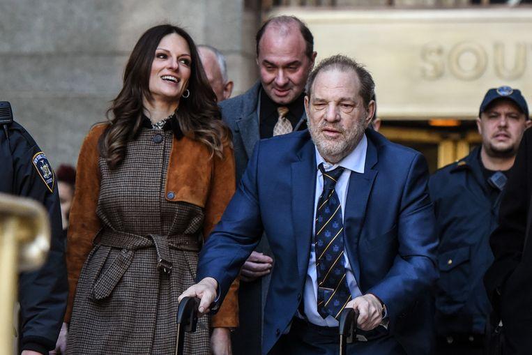 Harvey Weinstein verlaat op 14 februari de rechtszaal in New York met zijn advocaat Donna Rotunno (links).